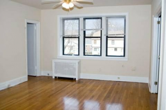 $800, 3br, Excellent condition spacious 3 bedroom 2 bathroom newly painted.